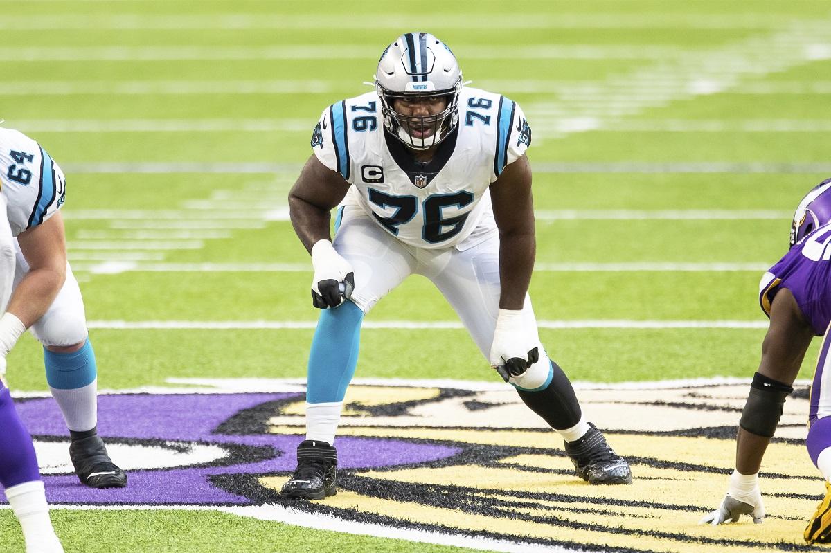 Russell Okung, Offensive Tackle der Carolina Panthers, wird laut Insider Ian Rapoport der erste Spieler in der NFL, der einen Teil seines Gehalts in Bitcoins ausbezahlt bekommt.